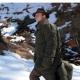 • Bunda na posed s návlekom na nohy (lovecký vak)   • Táto bunda je neodmysliteľnou súčasťou vybavenia pre pozorovanie alebo lov zveri za chladných zimných mesiacov. Na postriežke zahreje a zabráni prechladnutiu organizmu.   • Bunda je dostatočne rozmerná, takže ju možno obliecť cez bežné vrchné oblečenie a nosiť ako teplý kabát. Podšívka je vyrobená z vysoko hrejivé umelej kožušiny.   • Bunda sa zapína dvojcestným zipsom, ktoré umožňuje rýchle, pohodlné obliekanie a vyzliekanie a tiež samostané čiastočné rozopnutí ako hore tak dole podľa aktuálnej potreby (hore napr. Pre odvetranie, dole pre voľnejší pohyb).   • Na posedu možno ku spodnému okraju pomocou zipsu pripnúť návlek na nohy a vytvoriť uzavretý vak. Návlek je naviac vybavený odnímateľnou nylonovou vložkou, ktorá vak chráni pred ušpinením od obuvi. Vložku je možné ľahko vybrať a samostatne čistiť.   • Lebo je spodná časť spojená s hornou dvojcestným zipsom (a rovnako je riešené aj zapínanie samotnej bundy), je možné v prípade potreby rozopnúť iba časti zipsov, vysunúť chodidlá a spodná (naďalej čiastočne pripojený) vak zavesiť vzadu na bundu pomocou dvoch úchytov. Tým je možné vo vaku chodiť a mať spodnú časť pohotovo pripravenú k opätovnému uzavretiu.   • Zvýšený golier dobre chráni náchylnú partiu krku.   • Rozmerné vrecká na prednej strane sú opatrené průhmaty pre prístup k oblečeniu pod bundou. Vrecká sú zateplené, čím dobre poslúži pre zahriatie rúk. Dovolí tiež uložiť potrebné vybavenie.   • Výrobok je určený predovšetkým lovcom na postriežke, ale nepochybne dobre poslúži aj fotografom, ktorí lovia zver bez zbrane, alebo posádkam pozorovacích a hliadkových stanovíšť.   • Materiál:   ?vnější: nešustivá vodoodpudivá lodenovú tkanina (80% jahňacia vlna, 20% polyamid)   ?vnitřní: mäkká, hrejivá umelá kožušina (100% polyamid)      • Rozmery:   ?šířka 75 cm   ?délka: zadného dielu 132 cm, spodného vaku 38 cm, celkom 170   ?délka rukáva 65 cm (merané na vnútornej strane - od podpazušia po manžetu)   ?límec: v